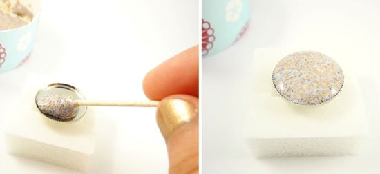 Colocando o solução de cola e glitter no anel