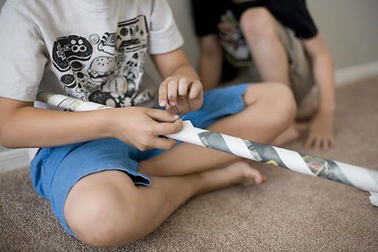 Como fazer arte com jornais para crianças