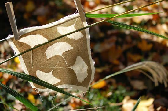 Estampa personalizada passo a passo com folhas, tecido e tinta-spray