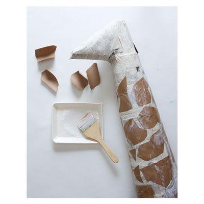 Pescoço de girafa feito com jornal e papel seda