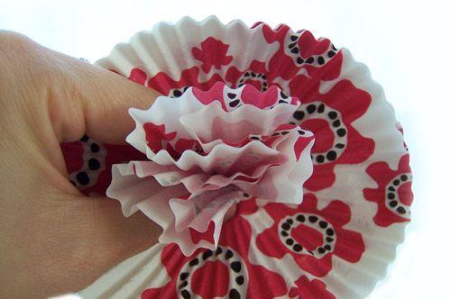 Forminha sendo moldada para criar flores de papel