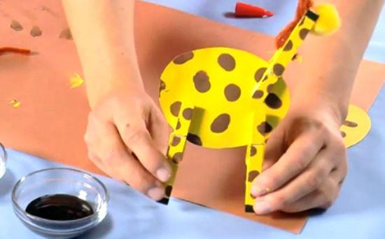 Fazendo girafa para brincar com crianças