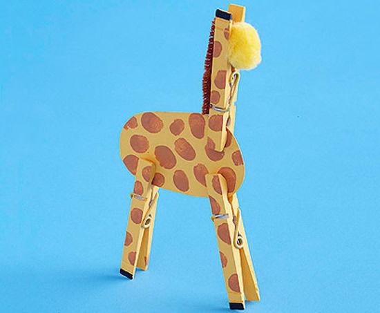 Como fazer uma girafa com papel, tinta e pregadores