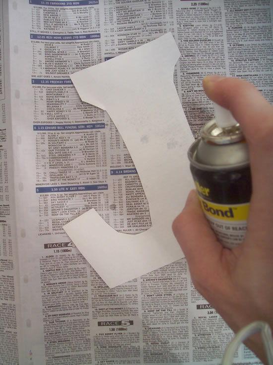 Colando o papel na madeira