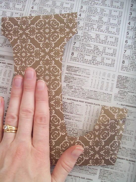 Colando o papel scrapbook na peça de madeira