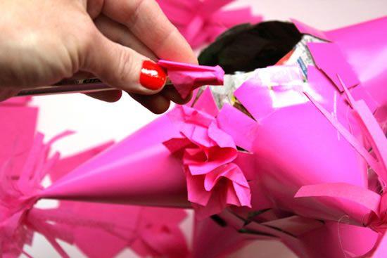 Confeccionando o artesanato para a decoração de festa infantil