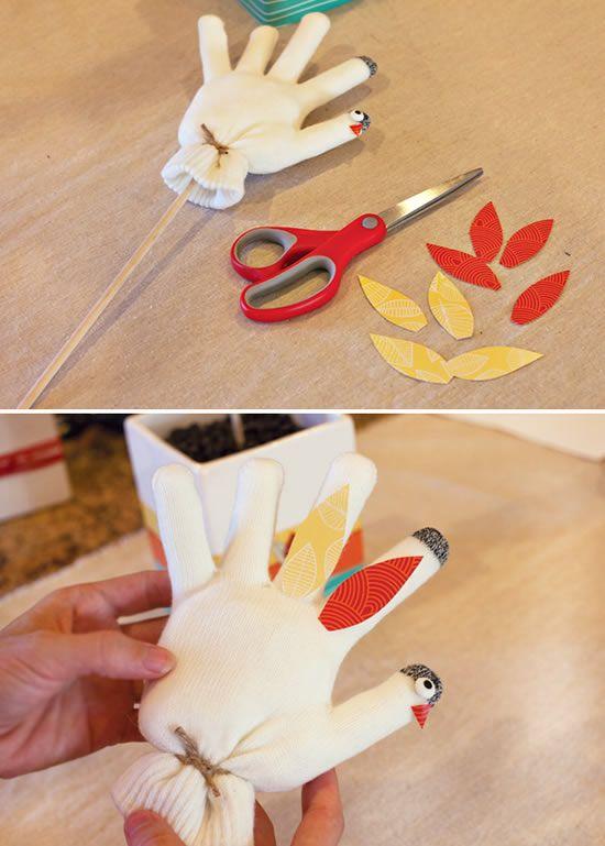 Colando os detalhes na galinha de tecido feita com luva