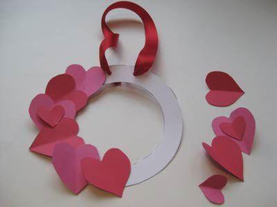 Colando corações de papel na guirlandinha