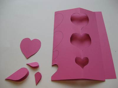 Criando corações de cartolina para fazer guirlanda