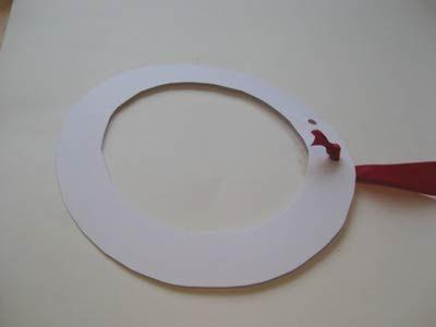 Colocando a fita de tecido no anel de papel