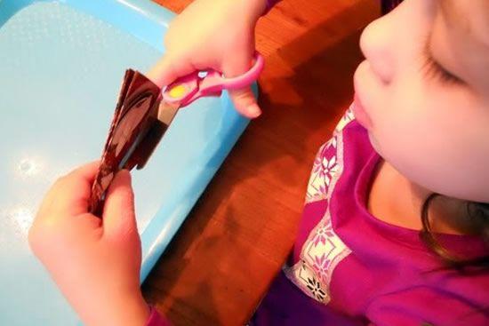Criança fazendo artesanato