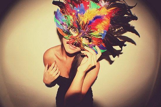 Máscara de carnaval com muitas penas coloridas