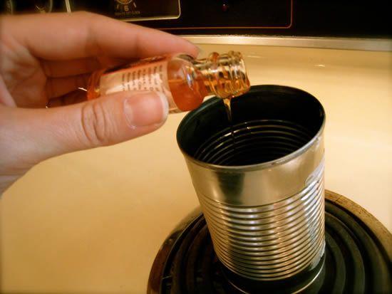 Derretendo as velas para criar vela de xícara