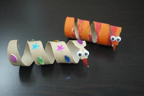 Cobrinhas de papelão com rolinho de papel higienico passo a passo