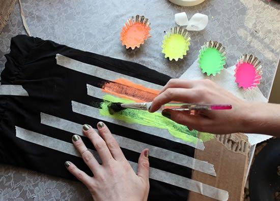 Pintando a camisa de tecido para decorar