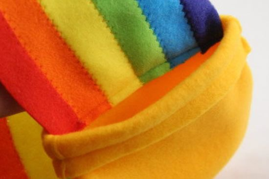 Colando o arco-íris de feltro no pote