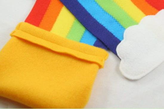Cachecol de feltro infantil em forma de arco-íris