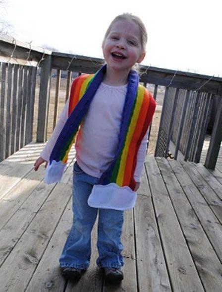Criança com cachecol colorido de feltro
