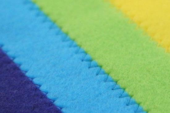 Costura ziguezague feito em máquina para fixar os feltros coloridos