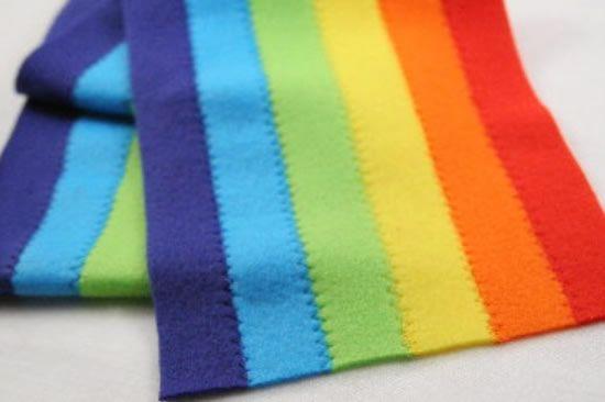 Feltros coloridos costurados a máquina com ponto ziguezague