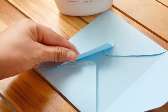 Colando o envelope de papel