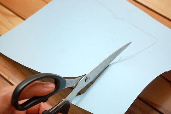Cortando o papel para fazer envelope