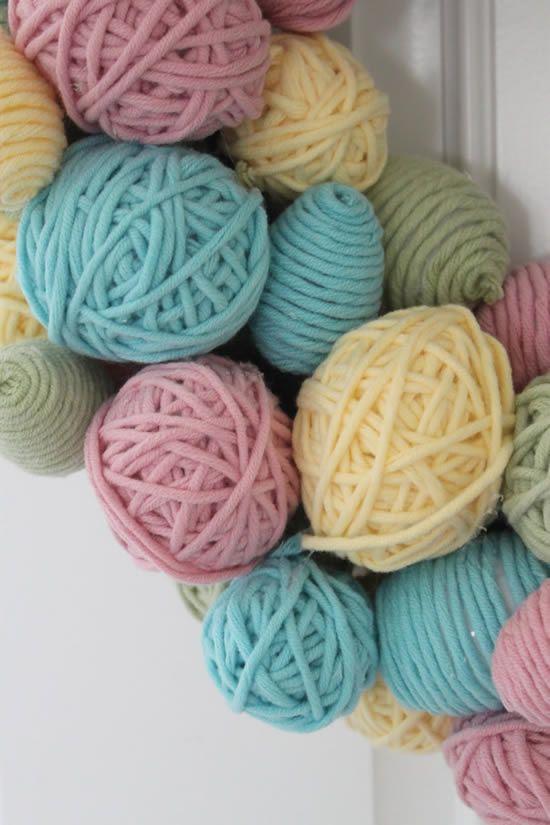 Decoração com fios de lã para fazer guirlanda artesanal