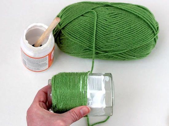 Fazendo vasinhos de flores com potes de vidro e fio de lã
