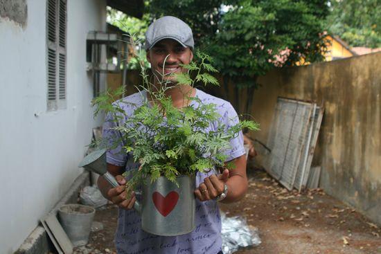 Designer Rafa Mattos com regador decorativo para jardim