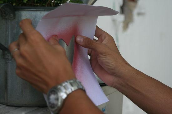 Colando o papel estêncil no regador de metal