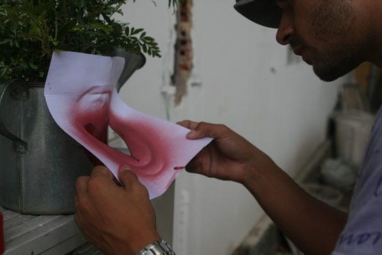Retirando o estêncil de papel para finalizar o artesanato