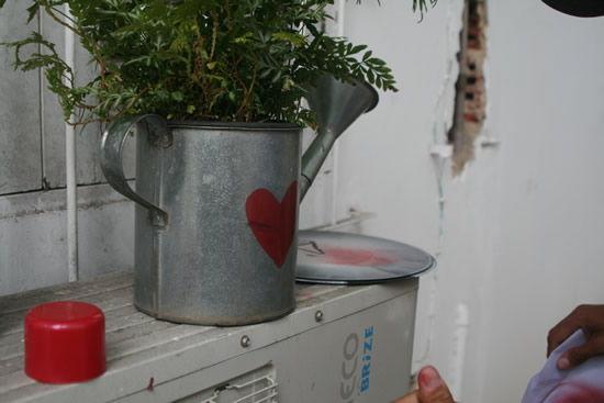 Decoração para o jardim da casa com estêncil de papel e tinta-spray em regador de metal