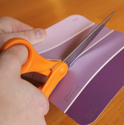 Tesoura cortando o papel