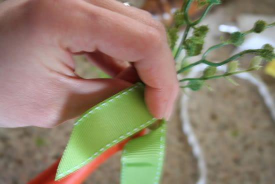 decoracao-de-pascoa-com-cenouras-de-madeira-5.  Decorando com fita de cetim a cenourinha de Páscoa.
