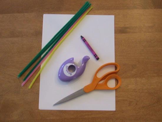Materiais para fazer flor de papel e limpador de cachimbo