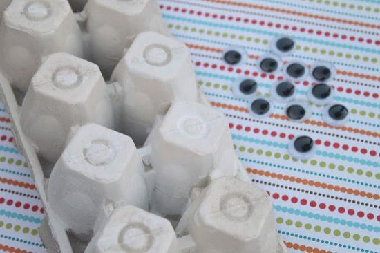 Olhos de plástico e caixas de ovo