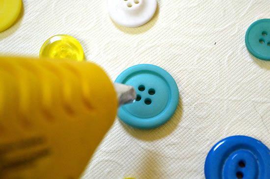 Decoração com botões - Colando com cola quente