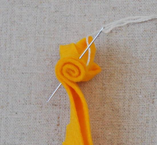 Feltro laranja para fazer cauda do coelho de Páscoa