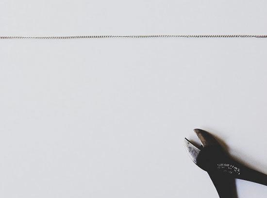corte da corrente de metal do colar de bijuteria