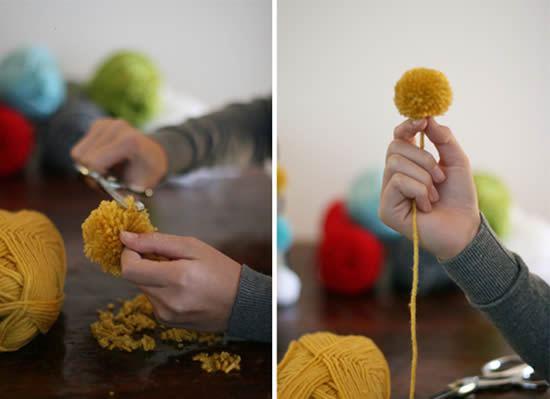 Cortando o pompom para fazer o artesanato com novelo de lã