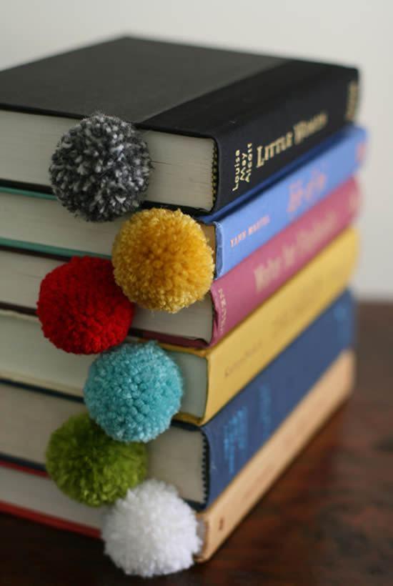 Pompons coloridos para enfeitar e marcar livros