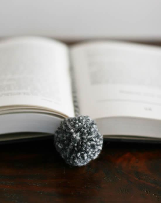 Livro decorado com pompom