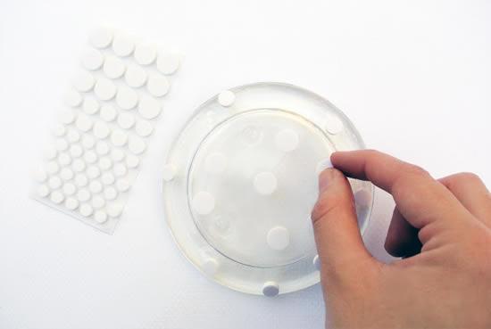 colocando os adesivos para a pintura do prato de vidro