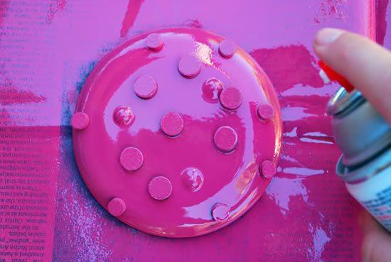 Decorando pratinhos com tinta-spray