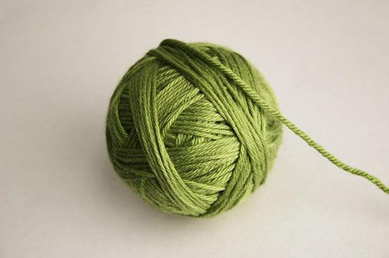 Como fazer decoração com bola de isopor e fio de lã