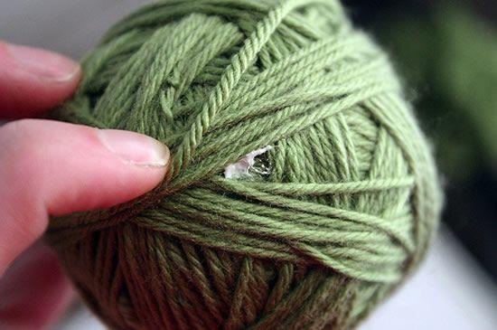 Cola para fixar o fio de lã na bola de isopor