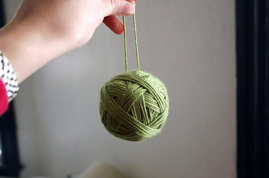 Bola artesanal colorida feita com isopor e fio de lã