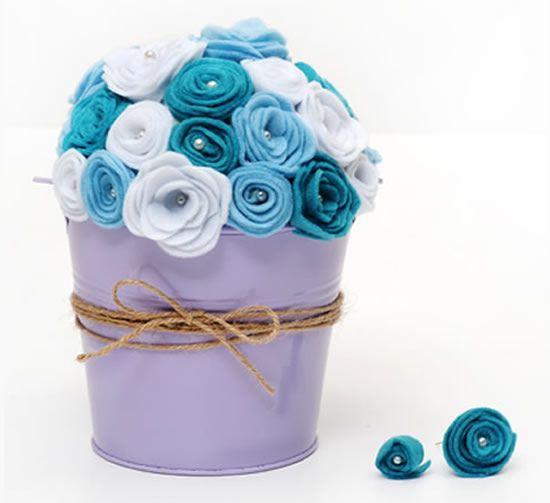 Passo a passo de flores de feltro em arranjo no balde