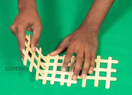 Colocando as grades de palitos de picolé juntas