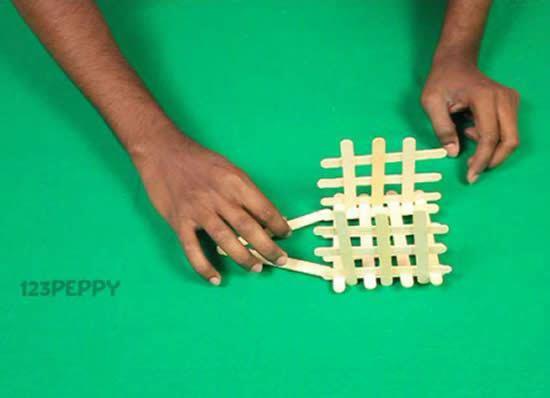Colando os palitos de picolé no artesanato
